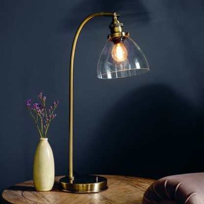 złota lampa biurkowa granatowe ściany