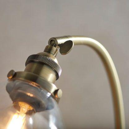złota regulowana lampa do gabinetu