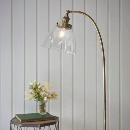złota lampa podłogowa szklany klosz