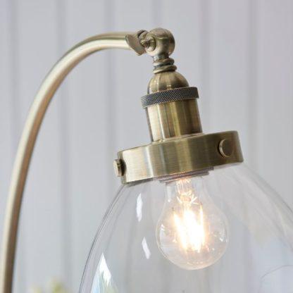 złota lampa podłogowa z regulacją klosza