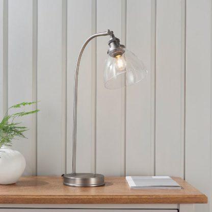 srebrna lampa biurkowa szklany klosz