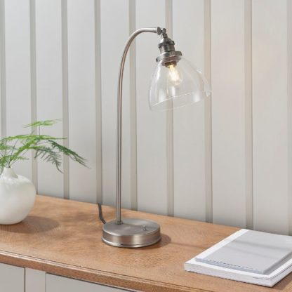 srebrna lampa biurkowa ze szklanym kloszem
