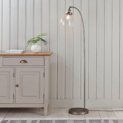 srebrna lampa podłogowa vintage szklany klosz