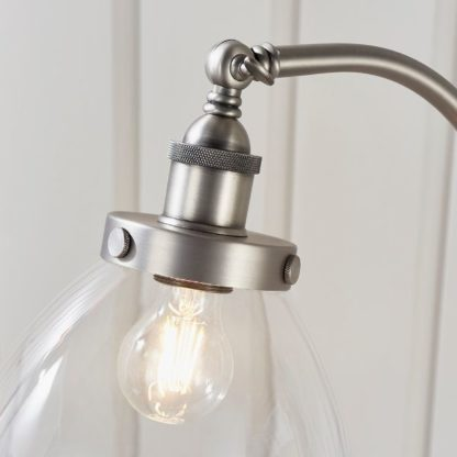 srebrna lampa podłogowa z regulowanym kloszem