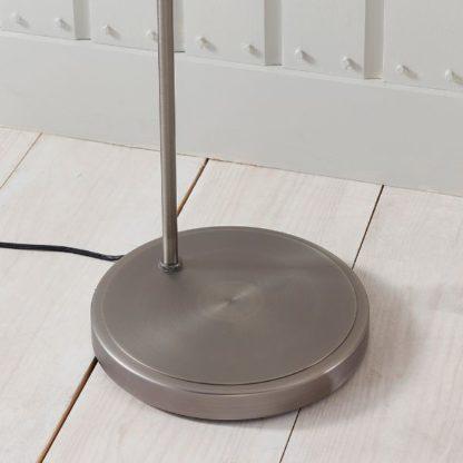 stabilna srebrna lampa podłogowa