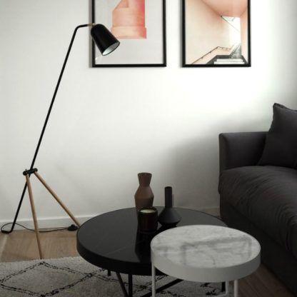 czarna lampa podłogowa na drewnianych nóżkach