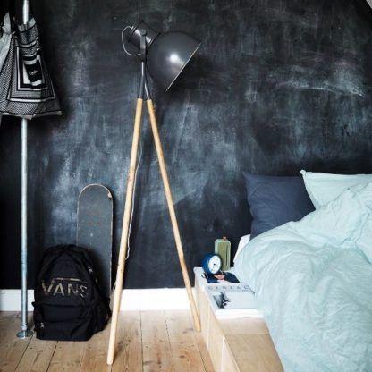 industrialna lampa podłogowa na drewnianej podstawie