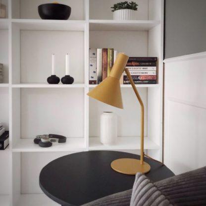 musztardowa lampa stołowa