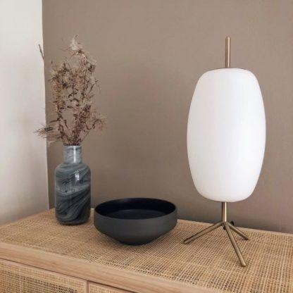 szklana lampa stołowa na złotych nóżkach