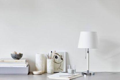 biała lampa stołowa z abażurem