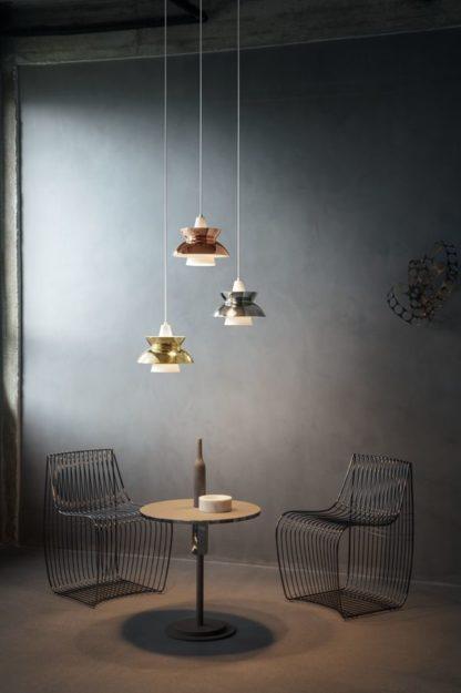 metaliczne lampy nad okrągłym stołem