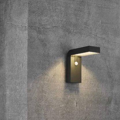 czarny solarny kinkiet na betonowej ścianie