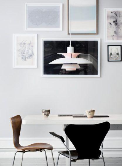 biała i fioletowa lampa wisząca nad stół
