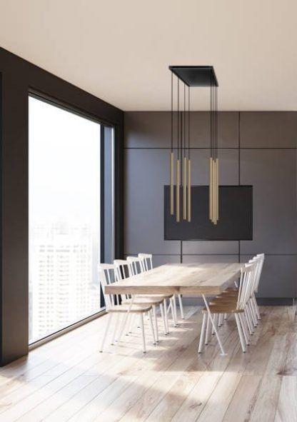 złote lampy nad drewnainym stołem