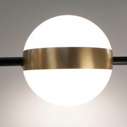 mleczna kula ze złotym ringiem lampa