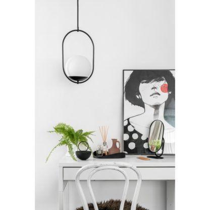 czarna lampa wisząca z białą kulą
