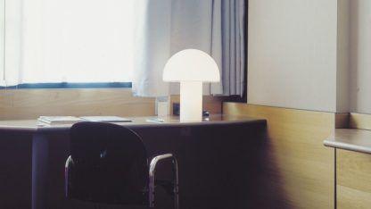 Mleczna lampa stołowa Onfale Piccolo - szklana