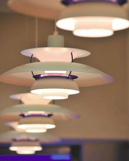 białofioletowa lampa wisząca do salonu