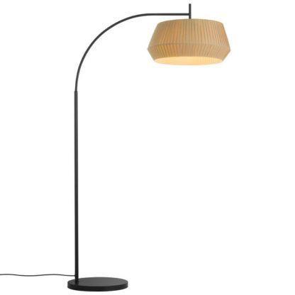 zaokrąglona lampa podłogowa z abażurem