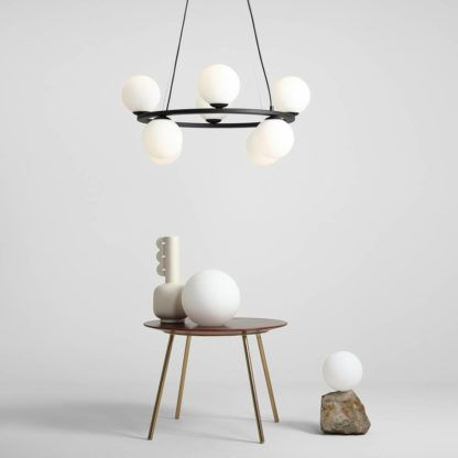 okrągła lampa wisząca z białymi kulami