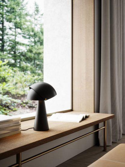 czarna lampa stołowa regulowana