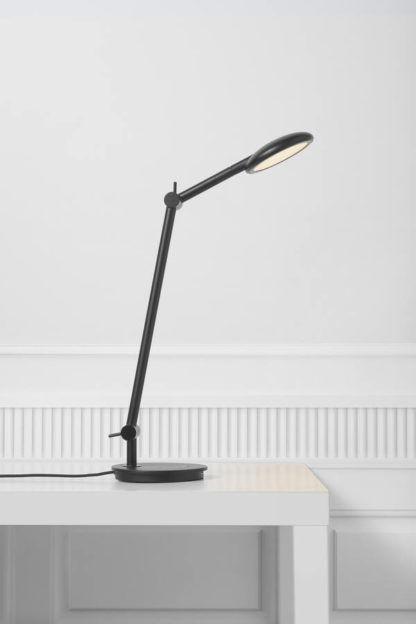 czarna lampa biurkowa z regulacją