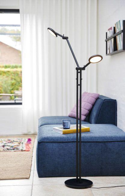 czarna lampa podłogowa z granatową kanapą