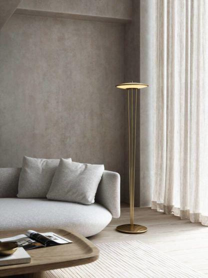 złota lampa podłogowa w szarym salonie