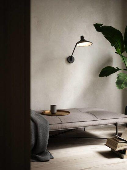 czarny kinkiet na betonowej ścianie nowoczesny styl