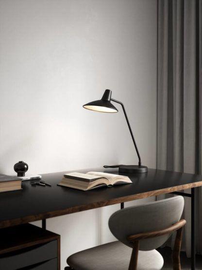 czarna lampa stołowa na szarej ścianie do biura