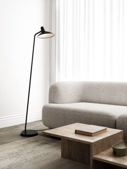 czarna lampa podłogowa szara sofa