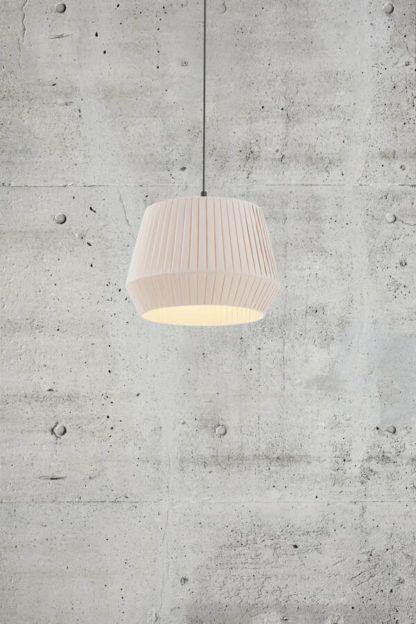 lampa wisząca z kremowym plisowanym abażurem
