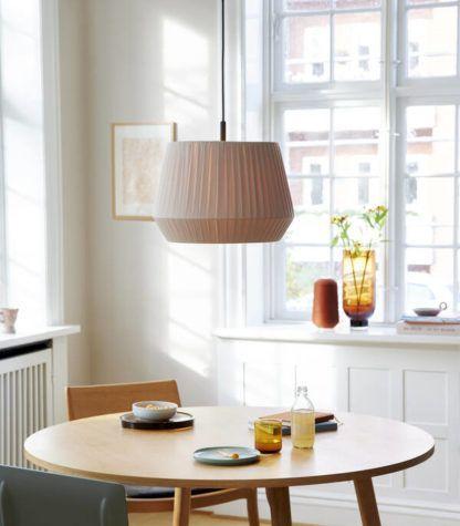 kremowa lampa wisząca nad stół przytulna jadalnia