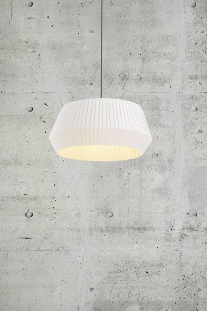 lampa wisząca z dużym plisowanym abażurem