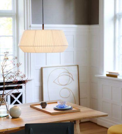 lampa wisząca z białym abażurem nad drewniany stół