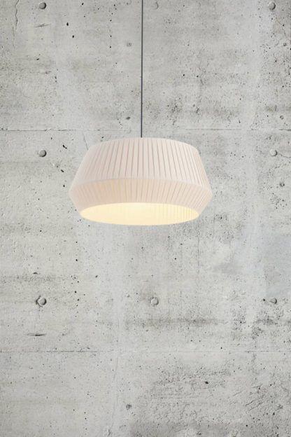 lampa wisząca z plisowanym abażurem