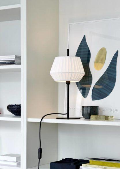 czarna lampa stołowa z białym abażurem