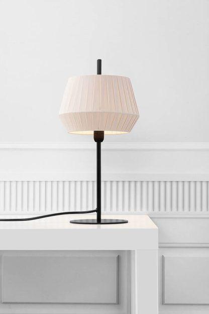 czarna lampa stołowa z beżowym abażurem