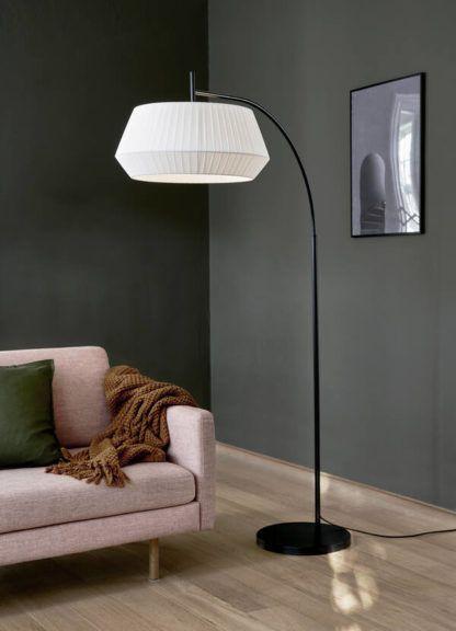 czarna lampa podłogowa szara ściana