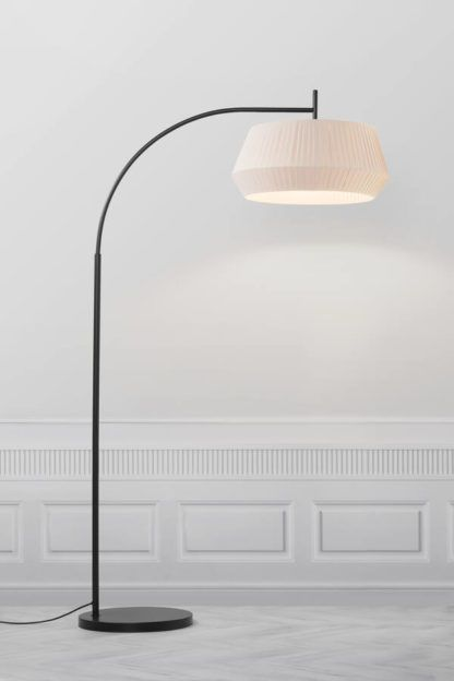 czarna łukowata lampa podłogowa