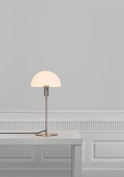 srebrna lampa stołowa z białym kloszem grzybkiem