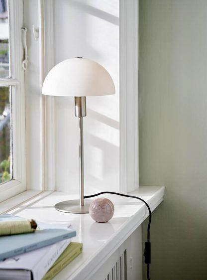 srebrna lampa stołowa w skandynawskim stylu