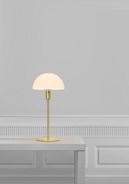 złota lampa stołowa w skandynawskim stylu