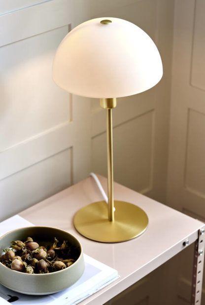 złota lampa stołowa z białym kloszem