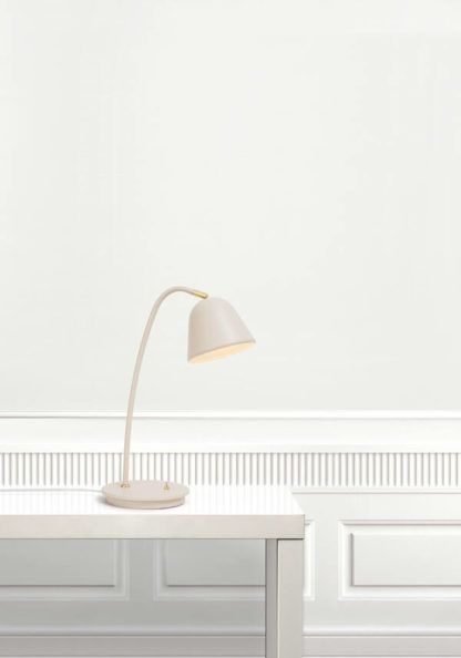 lampa stołowa ze złotymi detalami
