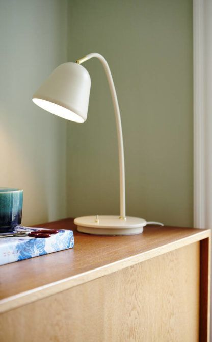 kremowa lampa stołowa do gabinetu