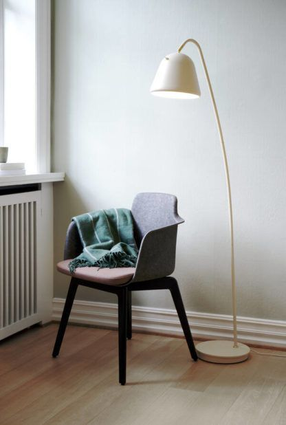 kremowa lampa podłogowa do przedpokoju