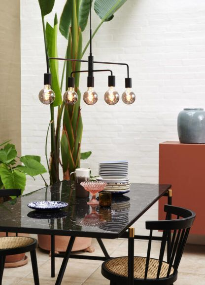 czarna lampa wisząca nad czarny stół