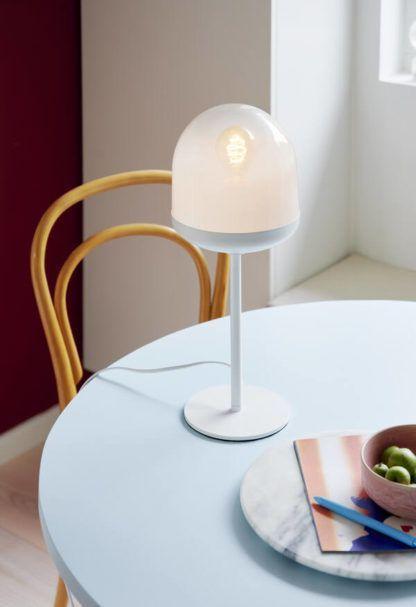 biała lampa stołowa na stole