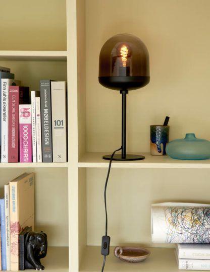 czarna lampa stołowa w biblioteczce